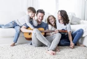 Familie macht zusammen Musik (© © drubig-photo / Fotolia.com)