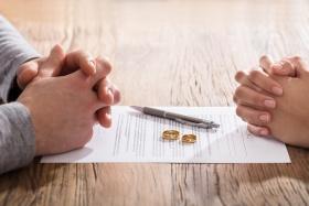Spezielle Scheidungsurkunde für die Neuheirat. (© Andrey Popov - Fotolia.com)