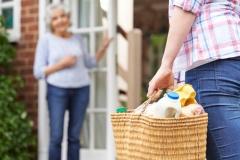 Betreuerin hilft beim Einkaufen (© highwaystarz - Fotolia.com)