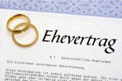 Ehevertrag mit Trauringen (© Euthymia - Fotolia.com)
