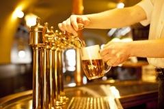 Bier zapfen in der Gaststätte (© Habrda - Fotolia.com)