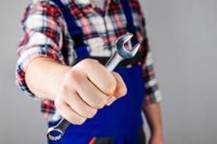 Handwerker mit Schraubenschlüssel (© Aycatcher - Fotolia.com)