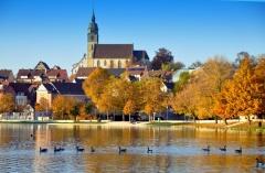 Ufer mit Kirche in Böblingen (© bildernixe13 - Fotolia.com)