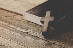 Bibel mit Kreuz (© Tiko Aramyan - Fotolia.com)