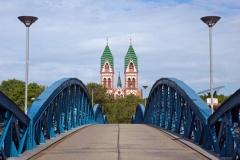 Blaue Brücke zur Herz Jesu Kirche in Freiburg (© Michael Zimberov - Fotolia.com)