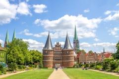 Das Holstentor in der Hansestadt Lübeck (© pure-life-pictures - Fotolia.com)
