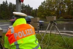 Verkehrspolizist mit Blitzgerät (© Sven Grundmann - Fotolia.com)