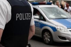 Polizeibeamter vor Streifenwagen (© Heiko Barth - Fotolia.com)