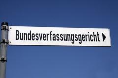 Wegweiser zum Bundesverfassungsgericht (© Klaus Eppele - Fotolia.com)
