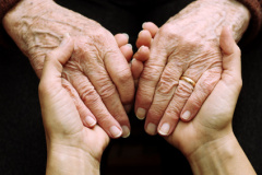 Angehöriger pflegt nahen Verwandten (© fotohansel - Fotolia.com)