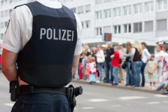 Polizist sichert Versammlung (© Heiko Barth - Fotolia.com)