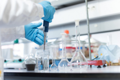 Pharmazeutische Forschung im Labor (© Jolopes - Fotolia.com)