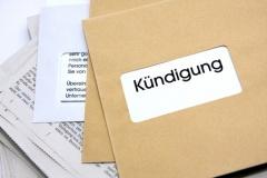 Arbeitnehmer erhält Kündigungsschreiben (© Christian Jung - Fotolia.com)