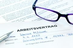 Arbeitsvertrag eines Arbeitnehmers (© Gina Sanders - Fotolia.com)