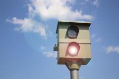 Blitzer überwacht Verkehrsverstöße (© Marcel Schauer - Fotolia.com)