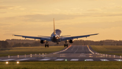 Flugzeug bei der Landung (©  whitelook - Fotolia.com)