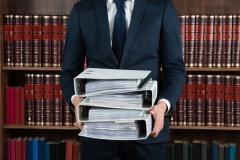 Anwalt mit Revisionsakten (© Andrey Popov - Fotolia.com)