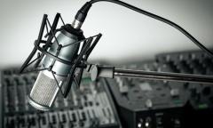Radiostudio mit Mikrophon (© BillionPhotos.com - Fotolia.com)