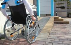 Rollstuhlfahrerin fährt Rampe hoch (© RioPatuca Images - Fotolia.com)