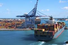 Containerschiff steuert Hafen an (© Jcpjr - Fotolia.com)