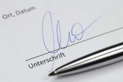 Unterschrift unter einem Werkvertrag (© Björn Wylezich - Fotolia.com)